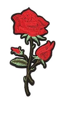 tygmärke stor röd ros med knoppar