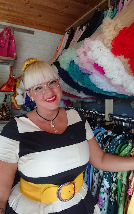 Carolina i Skutskär har över 300 Rockabillyklänningar