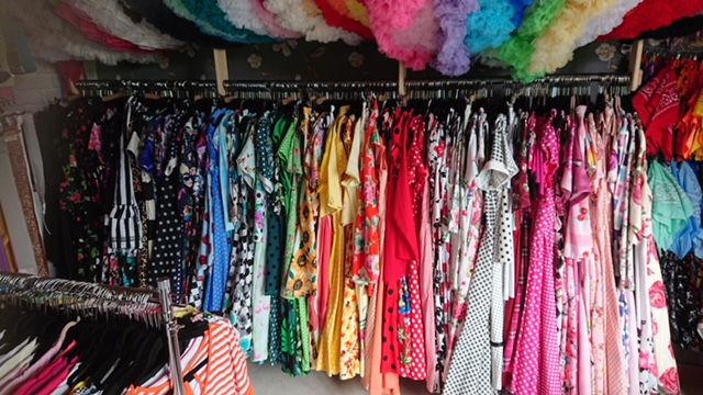 Garderob med rockabillykläder