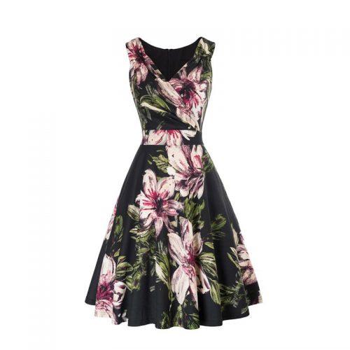 a linjeformad svart klänning med blommor