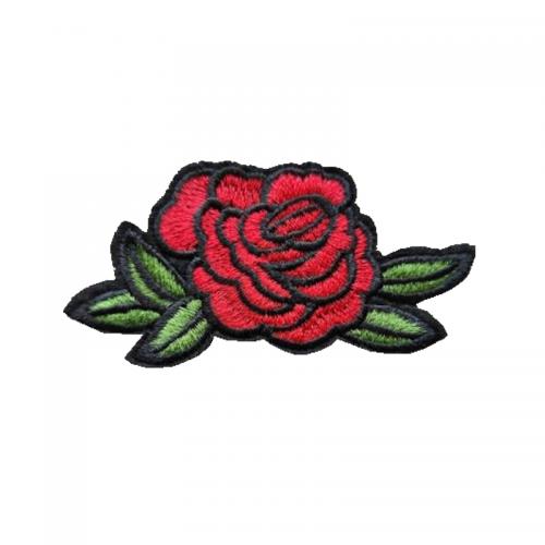 röd ros med gröna blad